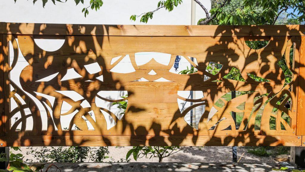 Treille décorée suggérant un arbre
